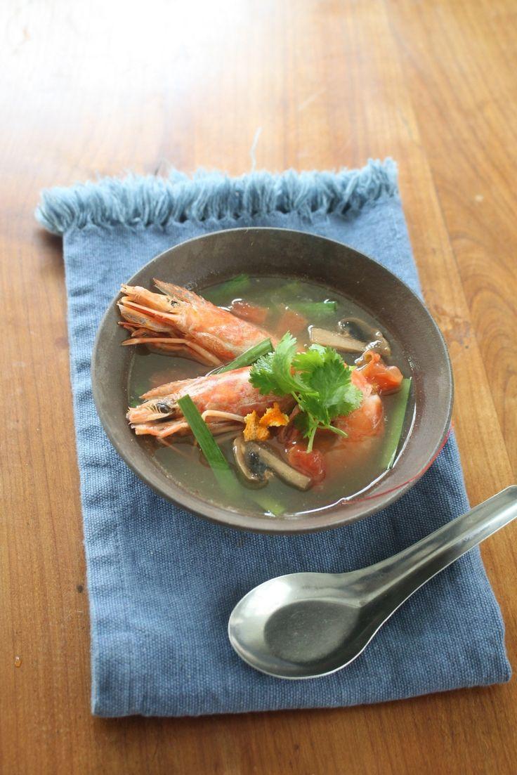 【12/3みかんの日】みかんのトムヤム風スープ by 神田 美紀 / 世界3大スープのトムヤムクン。家庭でつくるとなると、レモングラスなどのハーブを用意するのがハードルが高いもの。このスープは陳皮(みかんの皮を干したもの)で香りづけをするので、皮をほしておくだけででき、手軽です。みかんの果汁も加え、酸味もまろやかに仕上げています。また、具には体を温めるえび・にらが入っているので、寒い時期におすすめです。 / Nadia