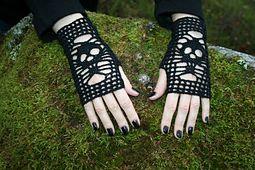 Skull Gloves. Fingering (3-4 ply). Free crochet pattern. Döskallehandskar pattern by Järbo Garn Stickdesign