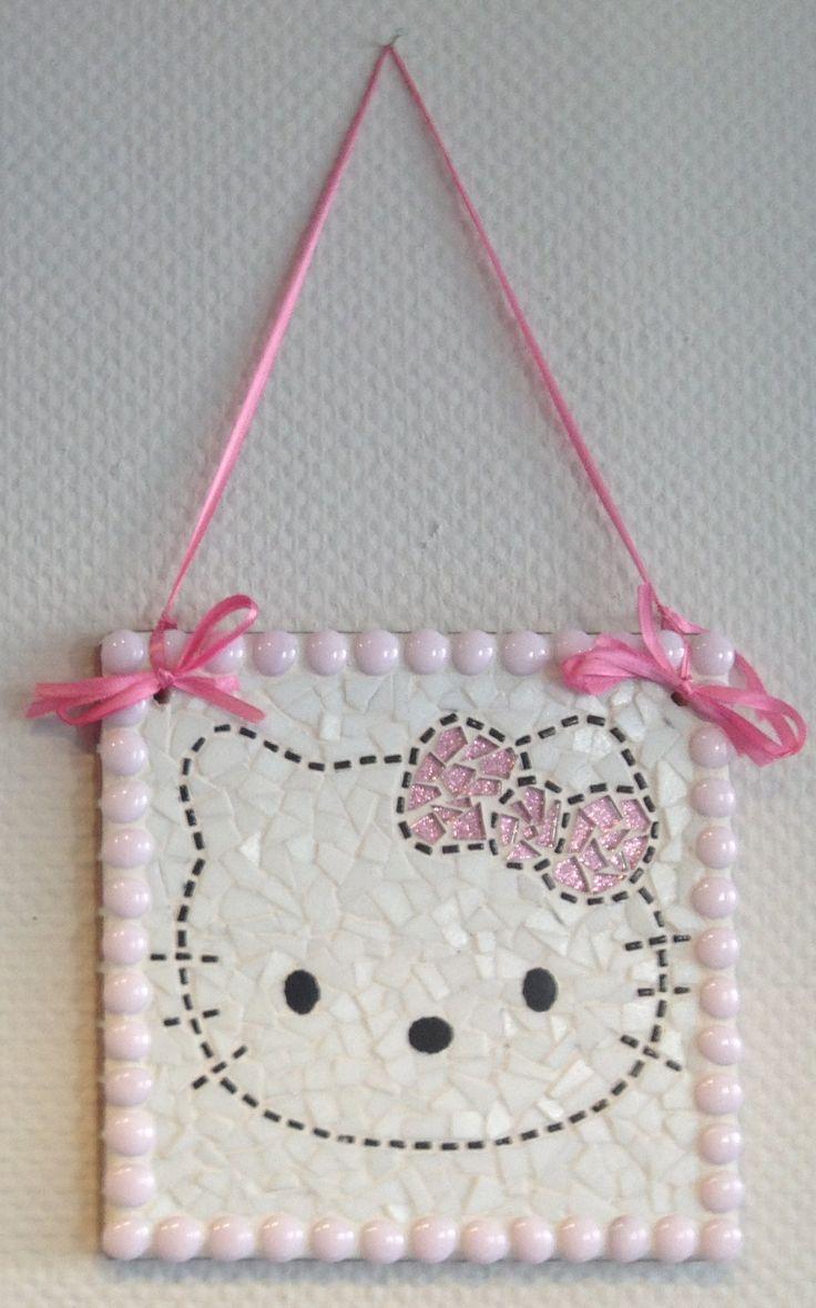 Op een mdf plankje het patroon van Hello Kitty getekend en 2 gaatjes vooraf geboord voor het lint.. Mozaiek