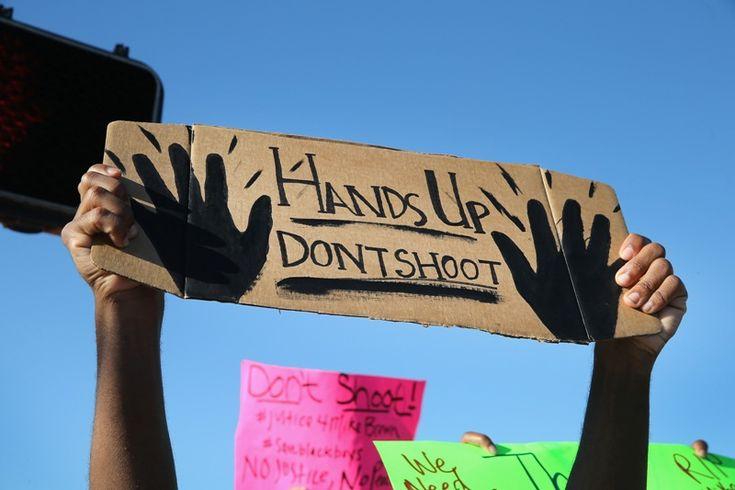 «Hands up, don't shoot» – Οι διαδηλωτές στο Ferguson επιζητούν τη φυλετική ισότητα ενώπιον του νόμου   Πηγή http://socialpolicy.gr/2014/08/hands-up-dont-shoot-%ce%bf%ce%b9-%ce%b4%ce%b9%ce%b1%ce%b4%ce%b7%ce%bb%cf%89%cf%84%ce%ad%cf%82-%cf%83%cf%84%ce%bf-ferguson-%ce%b5%cf%80%ce%b9%ce%b6%ce%b7%cf%84%ce%bf%cf%8d%ce%bd-%cf%84%ce%b7.html