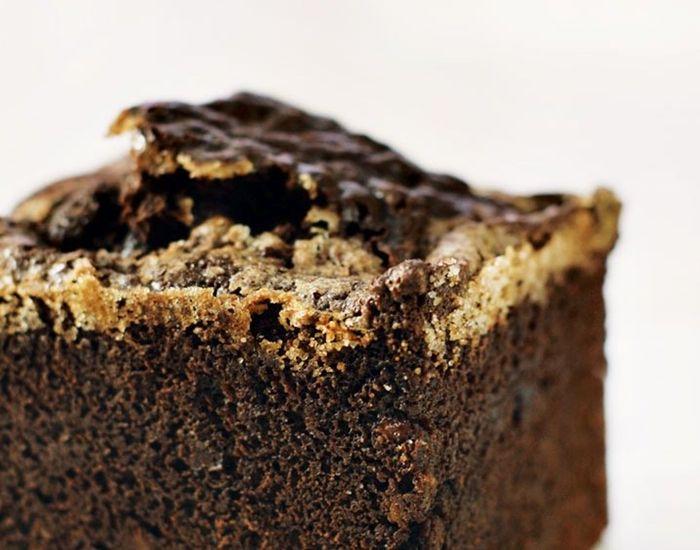 Længes du efter te, hygge og chokoladekage? Her får du chokolade, marcipan og 4 slags nødder - alt i én!? Her får du fuld chokolade tilfredshed.