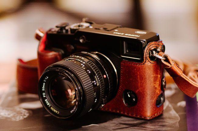 Los objetivos antiguos de cámaras analógicas se pueden usar en cámaras digitales modernas, sobre todo en cámaras sin espejo. Echa un vistazo a esta guía..
