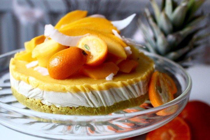 En härligt gul tårta med smak av kokos, mango och ananas. Med både gurkmeja, cashewnötter och kokosolja i tårtan blir det en riktig supertårta!