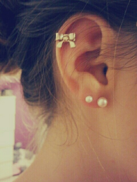 Big bow& pearls! I really want a cartilage piercing!