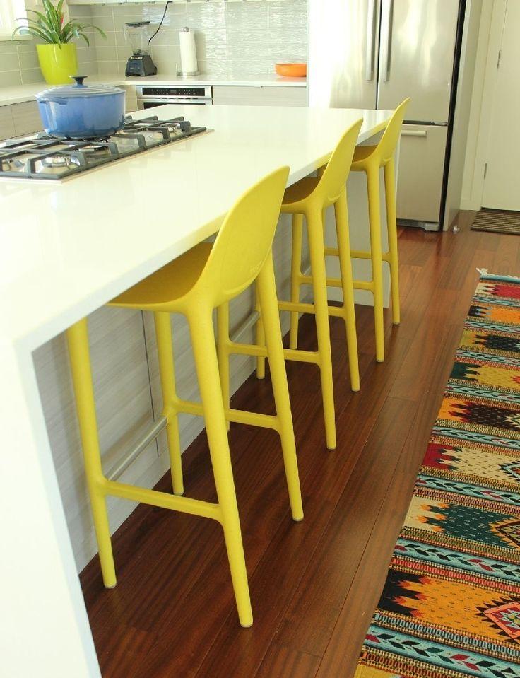 Лимонно - желтые барные стулья на кухне