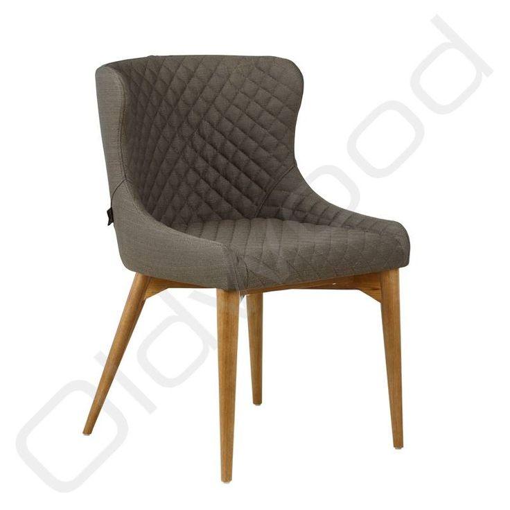 Deze gecapitonneerde donker-bruine stoel is zeer comfortabel en past goed in een landelijke of moderne inrichting en bij veel andere stoelen. Perfect als woonkamerstoel of keukenstoel.