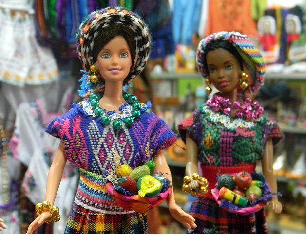 Los mercados de artesanías en Guatemala han optado por la imitación de muñecas Barbies pero esta vez vestidas con trajes multicolores, representando a varias regiones del país. Según los com...