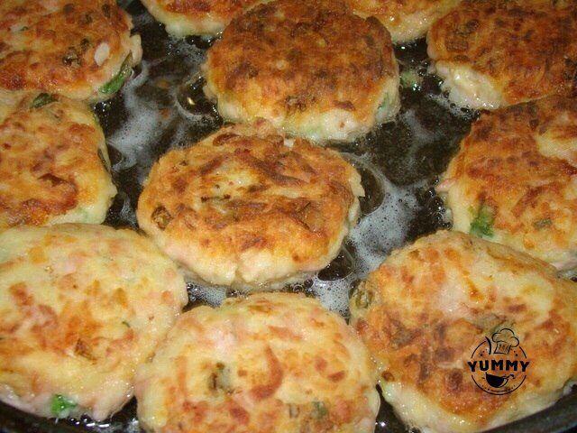 БИТОЧКИ   Ингредиенты:  - 4 шт вареного картофеля - 100 г твердого сыра - 150 г ветчины - лук зеленый - соль (если нужно) - 2 яйца - 1 столовая ложка муки  Приготовление:  Картофель, сыр и колбасу натереть на терке. Добавить яйца, лук зеленый, поперчить и если нужно посолить. Добавить муку и все хорошо перемешать. Обвалять в муке, сделать в виде биточков и пожарить их на сковороде. Подаем, полив сметаной.