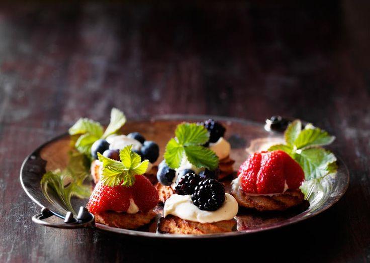 Sommerkransekage - lækker opskrift med creme og frisk bær