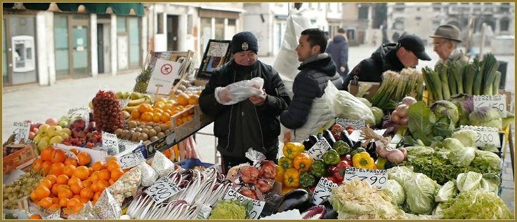 Le marchand de fruits et légumes du Campo Santa Maria Formosa, dans le Sestier du Castello à Venise.