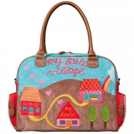 Magnífico bolso cambiador para bebés de Room Seven con preciosos y alegres apliques de un paisaje con casas, árboles y corazones. Es muy práctico para llevar todo lo necesario del bebé.