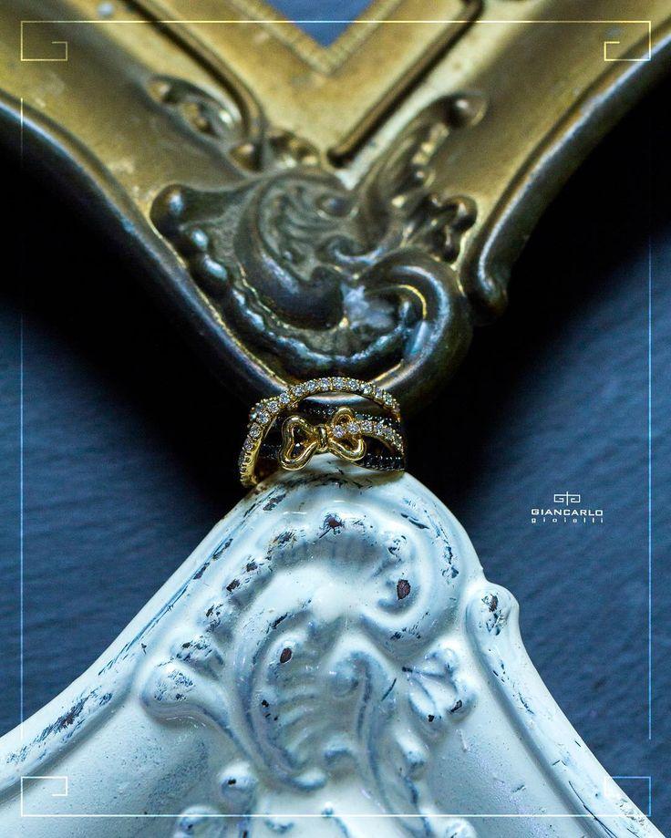 Это прелестное золотое колечко - идеальный вариант для современных девушек которые любят быть всегда в центре внимания! Великолепное сочетание черных и белых бриллиантов в изящном обрамлении из классического желтого золота никого не может оставить равнодушным!  В комплекте к этому кольцу есть также серьги.  Желтое золото общий вес комплекта (серьги и кольцо) - 2123 г. проба  750  Белые бриллианты - 124 карат/ 66 шт. Черные бриллианты - 148 карат/69 шт.  #jewellery#giancarlogioielli #ring…