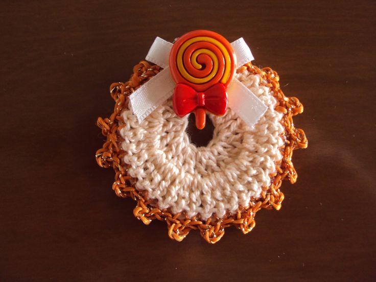 Mini babador de crochê, confeccionado com linha e decorado com fita de cetim e aplique botão de acrílico em formato de pirulito.  Ideal para oferecer como lembrancinhas de chá de bebê, nascimento, batizado, aniversário, chá de fraldas ou para decorações temáticas.    Pedido mínimo: 10 unidades   ...