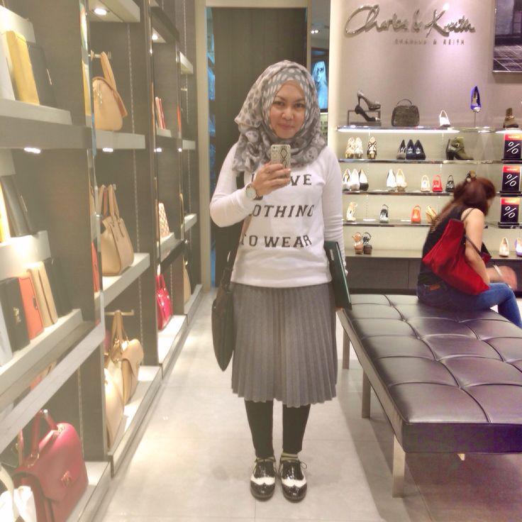 Hijab streetstyle : sweater + midi skirt + cigarette pant