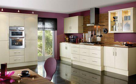 бежевая кухня и фиолетовые стены