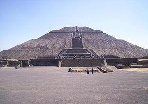 Пирамида Солнца - это крупнейшая постройка города Теотиуакан и одна из самых крупных в Мезоамерике. Она располагается на Тропе Мёртвых между пирамидой Луны и Цитаделью в тени массивной горы Серро-Гордо и является частью большого храмового комплекса.