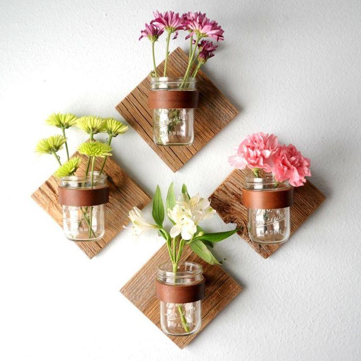 idées déco salon - petit jardin vertical composé de fleurs fraîches dans des bocaux
