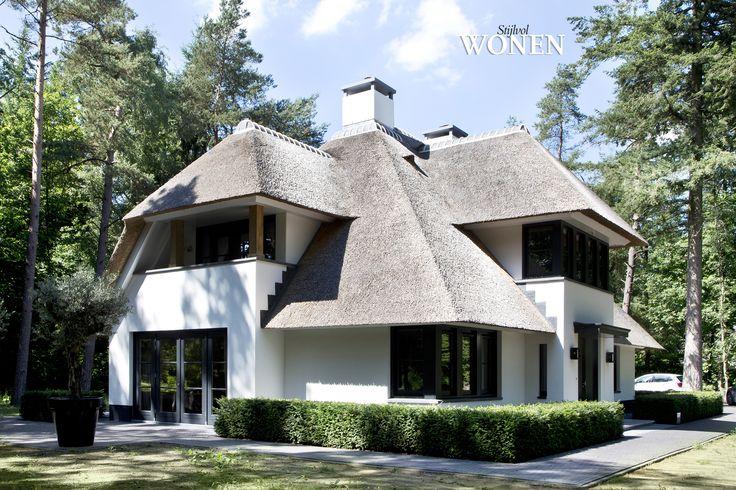 Stijlvol Wonen: het magazine voor warm-hedendaags wonen - fotografie: Sarah Van Hove #outdoor #villa #rietendak #blackwhite