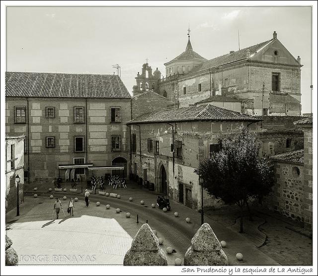 San Prudencio y la esquina de La Antigua by Jbenayas, via Flickr