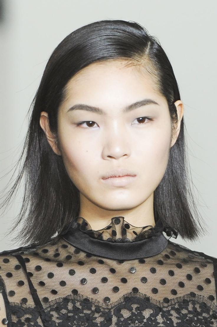 Chiharu Okunugi - Erdem. La coupe de cheveux tendance: le carré. http://www.femina.ch/coiffure-carre (CP: Imaxtree)