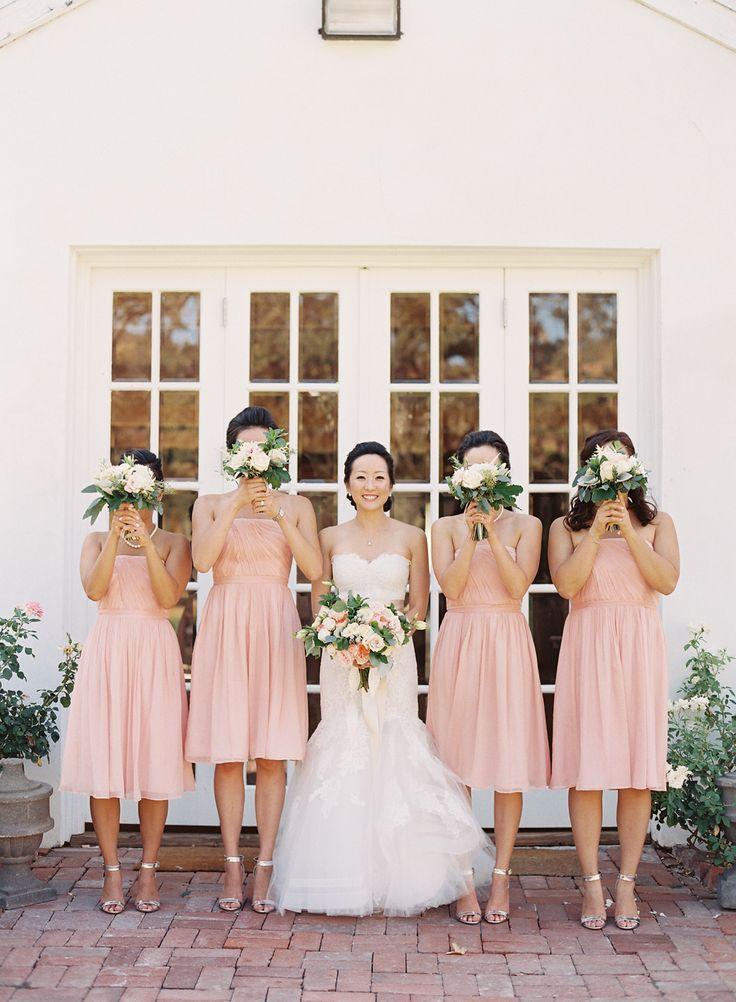 Blush bridesmaids - Photography: Caroline Tran - www.carolinetran.net:Vineyard Wedding in California with the Prettiest Colors : https://www.itakeyou.co.uk/wedding/vineyard-wedding-in-california/
