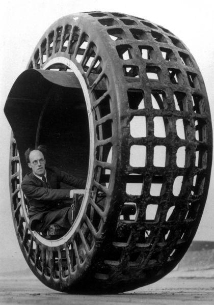 Einrad-Automobil: Der britische Erfinder  J. A. Purves testet am Strand des...