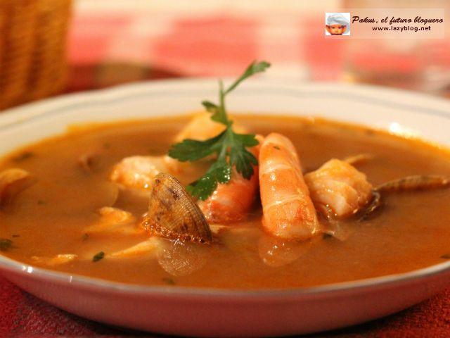 Hoy quiero enseñaros cómo hago en casa la sopa de pescado y marisco de Navidad , una sopa basada en un fumet de pescado que deja el cuerp...