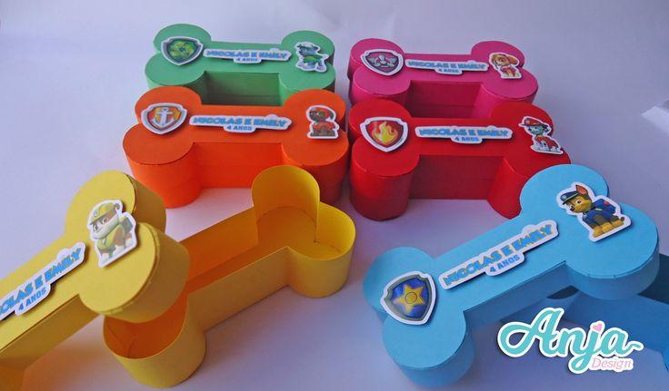 medidas: 14cm comprimento 3,5 cm largura 4 cm altura ideal para balas e pequenos doces feito em papel color plus 180g várias cores (verifique disponibilidade) Pode ser feito também em papel kraft (pardo) a caixinha é personalizada com apliques em relevo e/ou camadas Fique a...