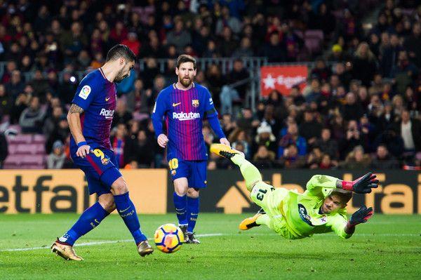 Luis Suarez of FC Barcelona shoots past Ruben Martinez of Deportivo La Coruna and scores the opening goal during the La Liga match between FC Barcelona and Deportivo La Coruna at Camp Nou on December 17, 2017 in Barcelona.