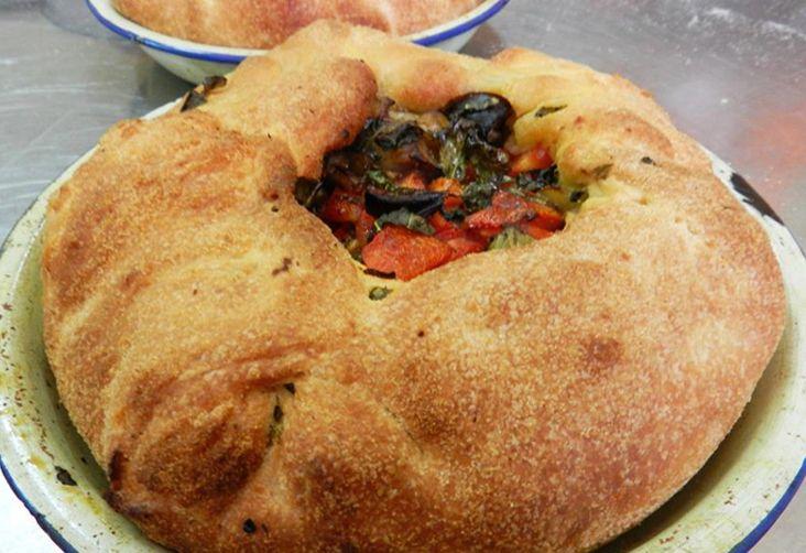 Questa focaccia con ripieno di pomodori è tipica dell' Ogliastra, ma conosce numerosi versioni che variano da una località all'altra. Questa è la variante di Castiadas preparata in collaborazione della Proloco locale.