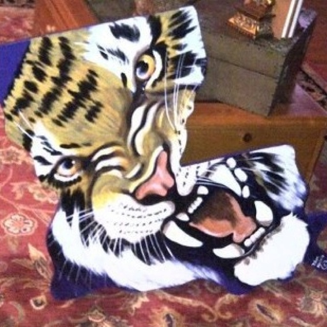 tiger in the shape of Lousiana. so awesome - -- LSU TIGERS - LSU TIGERS colors purple & gold - Louisiana State University