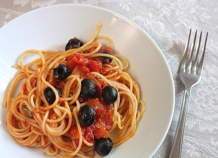 The spaghetti puttanesca recipe is one of the most classical Italian pasta recipes. It is also very easy and quick to prepare, what makes it an ideal solution for Summer and hot days when you don't want to stay long in the kitchen.