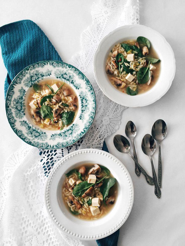 Soupe repas d'orzo aux champignons, aux épinards, au tofu & au sésame   Orzo soup with mushrooms, spinach, tofu and sesame