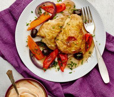 Recept: Kycklinglår i ugn med lök, paprika och oliver