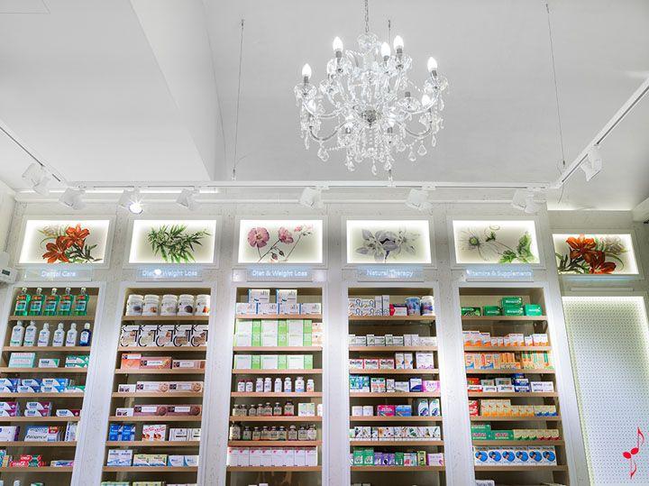 PALAU pharmacy by MARKETING JAZZ Barcelona Spain // Sfeerbeeld boven presentatie rekken