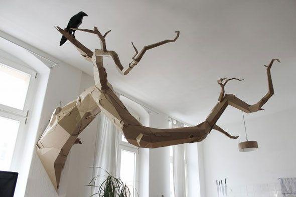 Directeur artistique et designer, l'allemand Bartek Elsner crée toutes sortes de sculptures en utilisant seulement du carton. Ses pièces vont du street art, cheminée dans un coin de rue, caméra de surveillance et oiseau de mauvaises augures aux sculptures à grande échelle.