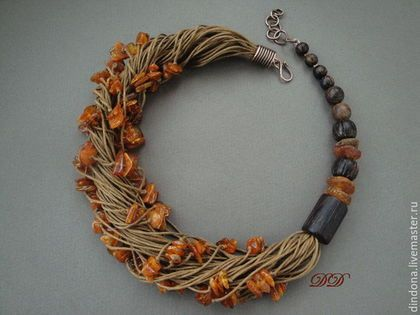 Купить или заказать 'Осенний венок' в интернет-магазине на Ярмарке Мастеров. Несимметричное колье из янтаря и дерева. Легкая, теплая, некрупная, очень приятная вещичка. Уютная)) Бусины пальмового дерева - гладкие и резные, янтарь на хлопковых шнурах цвета палой дубовой листвы и чистая медь. Крючок застегивается на любое звено цепи, есть возможность 'поиграть' длиной. На моем мониторе янтарь кажется слегка рыжеватым. Редактировать фотографии не стала, боюсь искажений.…