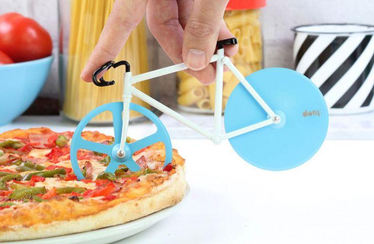 La bici y las pizzas unidas en este original cortador de pizza con forma de bicicleta Fixie. Su doble pasada hace que no se resistan ni los bordes más crujientes
