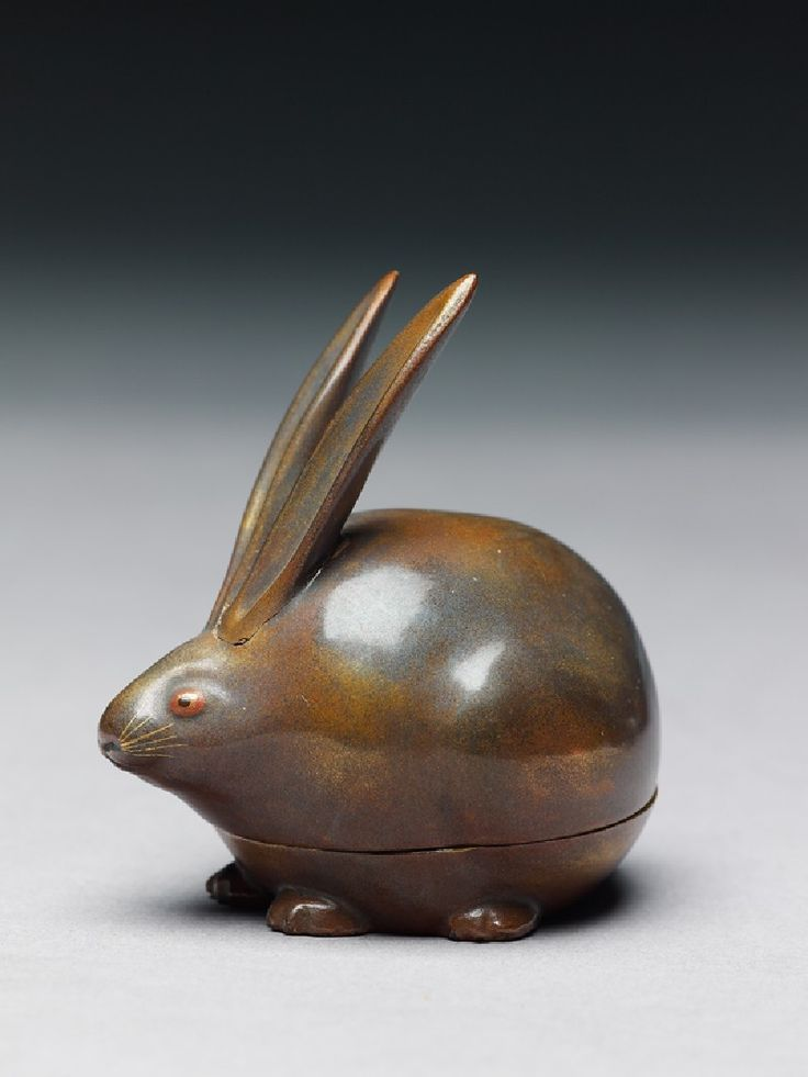 Kōgō, or incense box, in the form of a hare, wood covered in bronze-gold lacquer, nashiji lacquer inside and on base   lapin