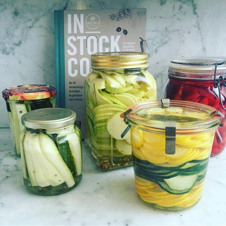 """@trix_huis_tuin_keuken_veld """"Heerlijk zo'n dagje aanrommelen in de keuken. De mini-worteltjes van gisteren zijn ingemaakt. Omdat de pot niet vol genoeg was heb ik het aangevuld met een paar paarse wortelen, daardoor is het zoet-zuur nu inmiddels rood gekleurd.  En wat een plezier heb ik van mijn nieuwe kookboek van @instock_nl Veel dingen deed ik al maar nu weet ik de grondslag en krijg nog meer ideeën."""