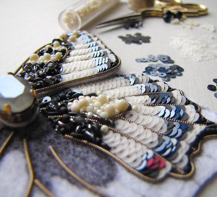 В процессе Не думала, что так полюблю вышивать пайетками☺ #вышивкабисером #вышивкапайетками #брошьбабочка #махаон #рабочийпроцесс
