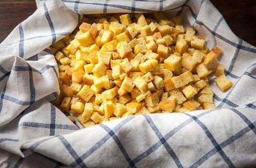 zuppa imperiale bolognesePer ogni persona, ho usato: 30 g di semola, 20 g di parmigiano reggiano grattugiato invecchiato 36 mesi, abbondante noce moscata, 1 uovo, sale, pepe q.b., brodo di carne, ancora meglio di cappone.  Amalgamare con la frusta gli ingredienti. Foderare una teglia con carta da forno bagnata e poi strizzata, versarvi il composto e cuocere in forno a 180 gradi fino a che la superficie non diventa dorata. Fare raffreddare su una gratella, tagliare a cubetti piccolini.
