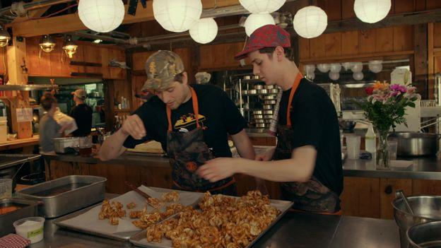 Oreilles de crisse « popcorn » au caramel de Clément   Télé-Québec   Un chef à la cabane   http://unchefalacabane.telequebec.tv/recettes/69/oreilles-de-crisse-popcorn-au-caramel-de-clement
