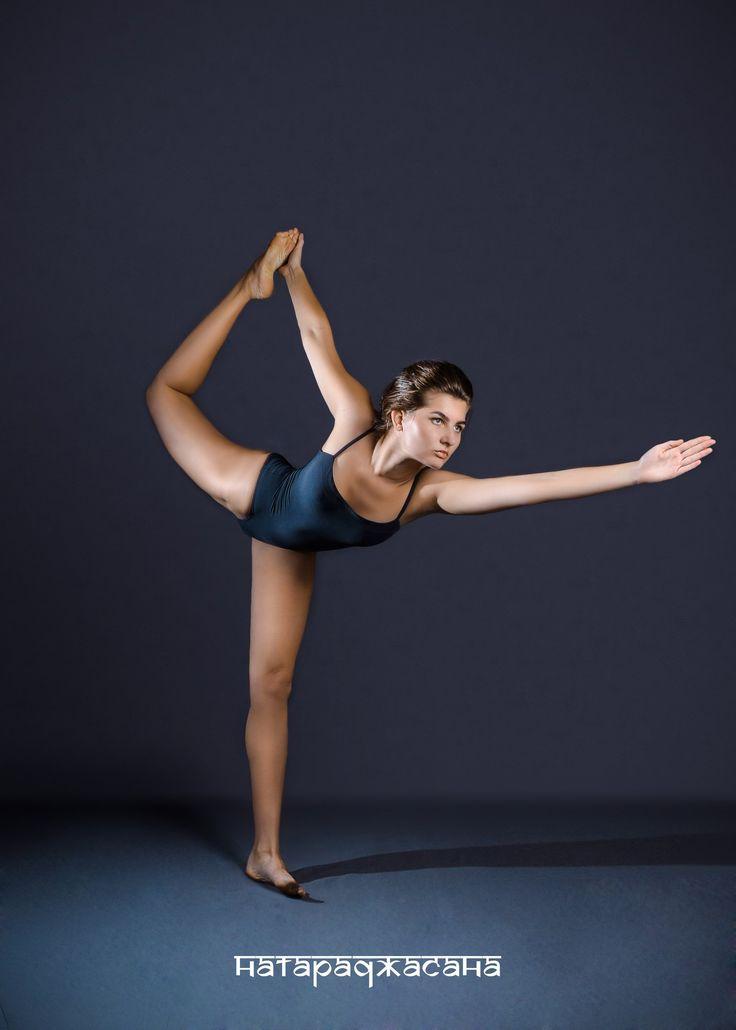 НАТАРАДЖАСАНА (поза царя Натараджи)   Асана вытягивает плечи и грудную клетку. Вытягивает бедра, живот и область паха. Укрепляет ноги и лодыжки. Улучшает чувство равновесия. Нормализует гормональный баланс. Успокаивает нервную систему. Улучшает кровообращение в органах малого таза. Освобождает диафрагмальную область от напряжения.
