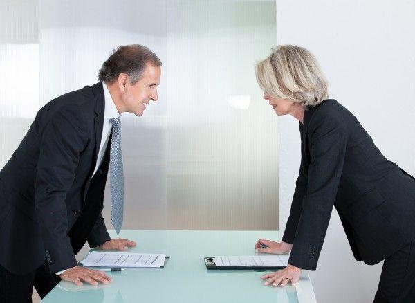Okno czy klimatyzacja? W biurze to jest sporna kwestia. Niektórzy chcą ją włączyć, niektórzy chcą wyłączyć. Jedni się ubierają, drudzy się rozbierają. I tak bez końca. A Ty co wolisz? ;)