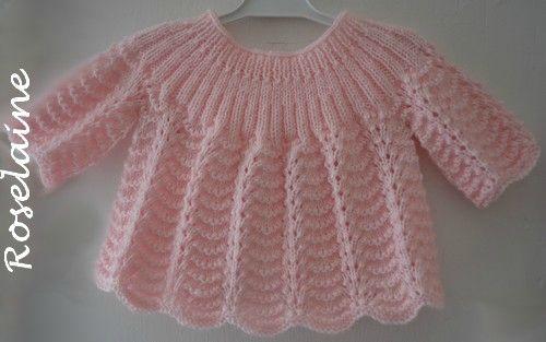Une brassière rose au tricot (point vagues)