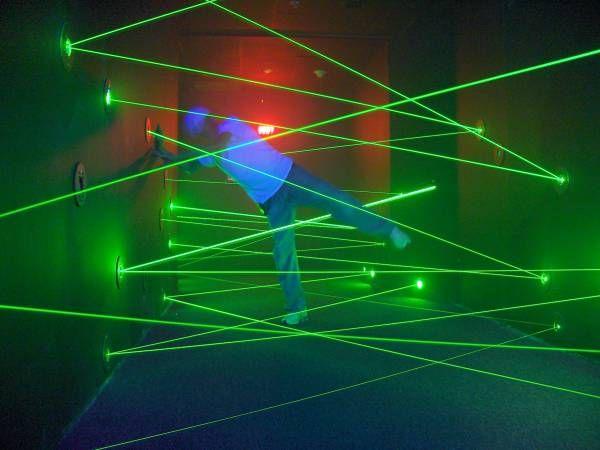Wie kriegt man das hin, dass etwas passiert, wenn man die Laser berührt? Die Leute brauchen nicht dadurchlaufen, sondern müssen den Mechanismus finden, der die Laser abschaltet
