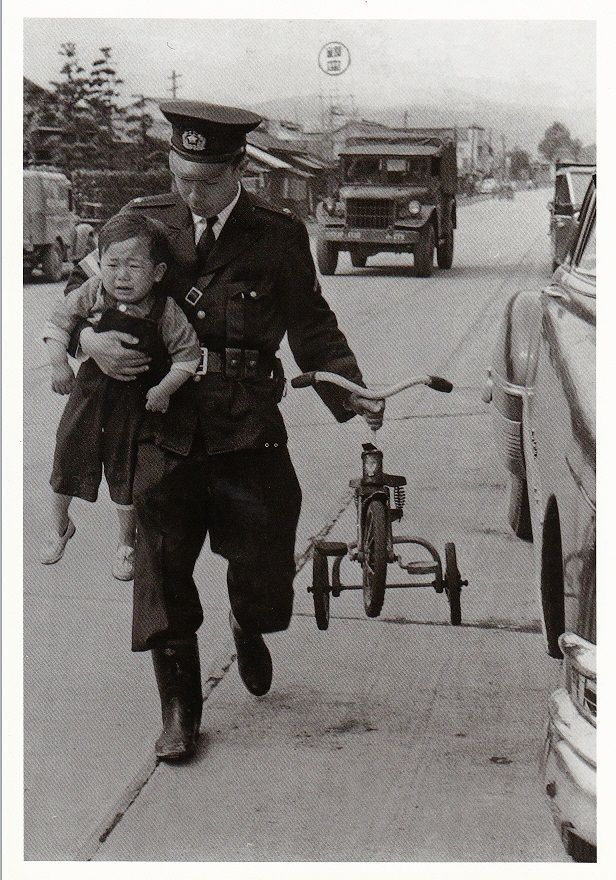 photo. 井上孝治  迷子を保護されるお巡りさん…三輪車こぎ続けて遠くまで来ちゃったんでしょうか(´ω ` )