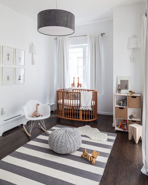 Tons neutros deixam este quarto perfeito para receber um bebê, independente do sexo. Peça de design como o berço e a estante Stokke, a cadeira Eames e objetos de decoração …