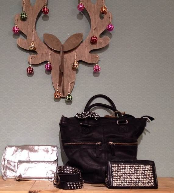 stoere tas van Cowboysbag met een portemonnee met studs